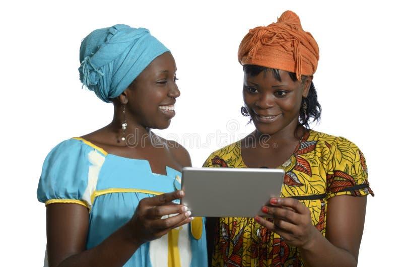 Afrikaanse vrouwen met tabletpc stock foto's