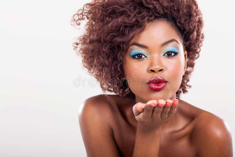 Afrikaanse vrouwenkus stock foto