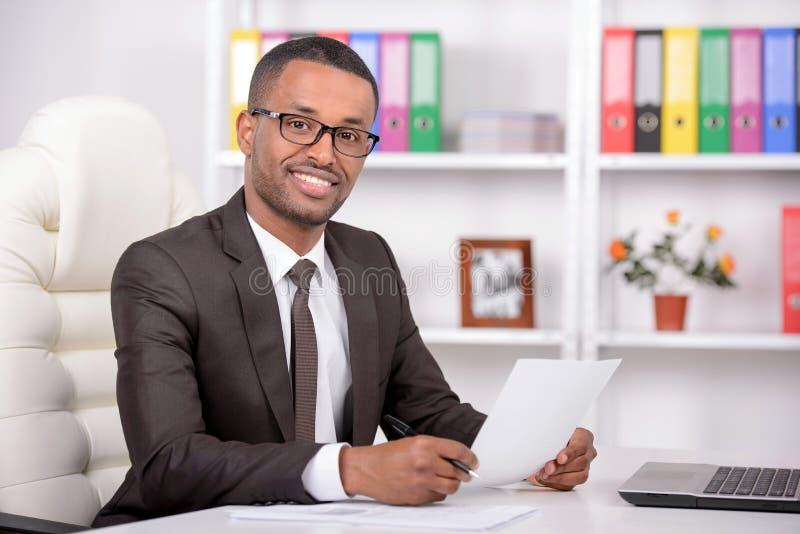 Afrikaanse zakenman stock foto