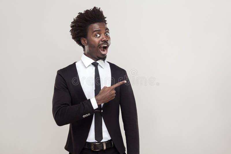 Afrikaanse zakenman die vinger richten op exemplaarruimte Studioschot, royalty-vrije stock afbeelding