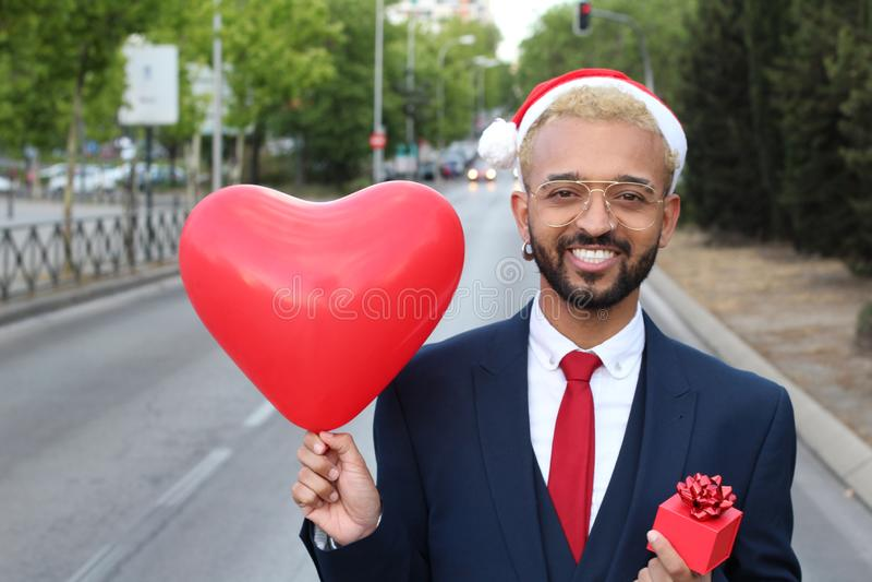 Afrikaanse zakenman het vieren Kerstmis in openlucht stock afbeelding