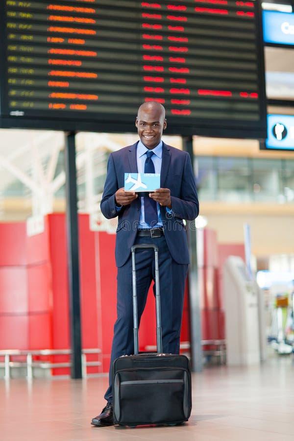 Download Afrikaanse Zakenmanluchthaven Stock Afbeelding - Afbeelding bestaande uit vrolijk, afrikaans: 29500317