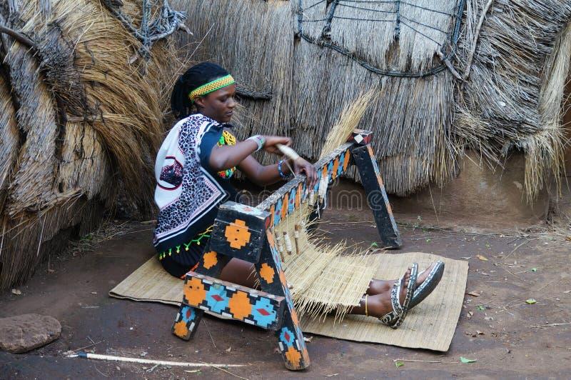 Afrikaanse Zoeloes vrouw die traditioneel met de hand gemaakt kostuumweefsel st dragen royalty-vrije stock fotografie