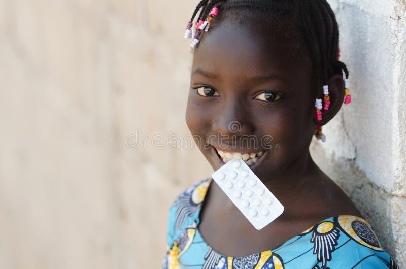 Afrikaanse Zwarte Medische de Pillendrugs van de Meisjesholding met Exemplaarruimte stock afbeelding