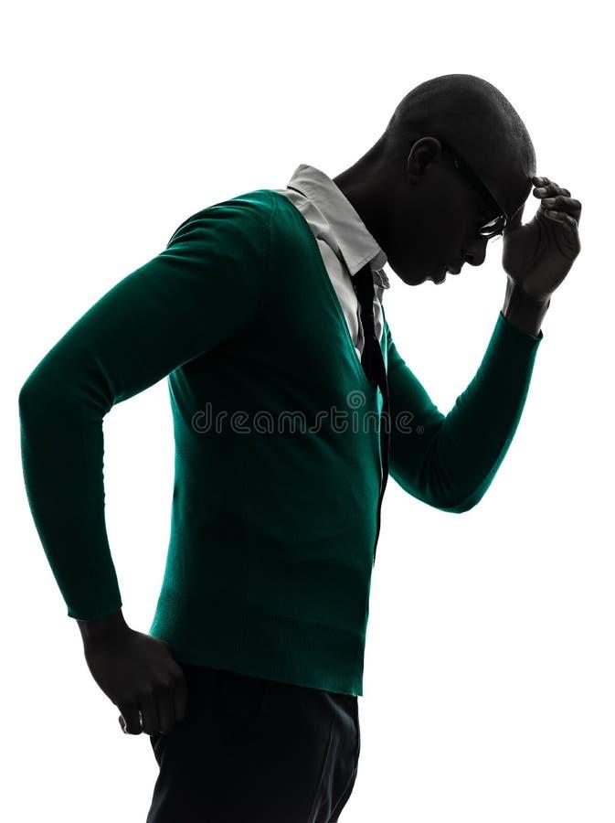 Afrikaanse zwarte mens die peinzend geërgerd silhouet denken royalty-vrije stock afbeelding