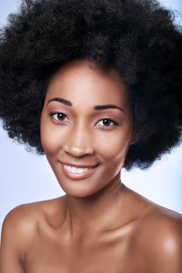 Afrikaanse zwarte model onberispelijke huid royalty-vrije stock afbeeldingen