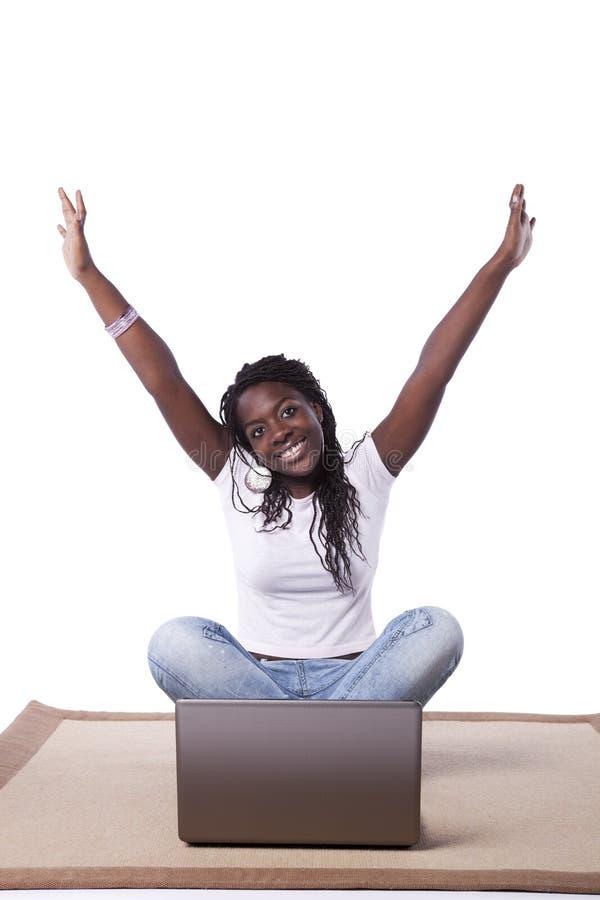 afrikan henne fungerande barn för bärbar datorkvinna royaltyfria foton