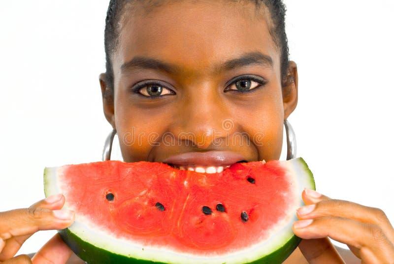 afrikan som äter flickamelonvatten royaltyfri bild