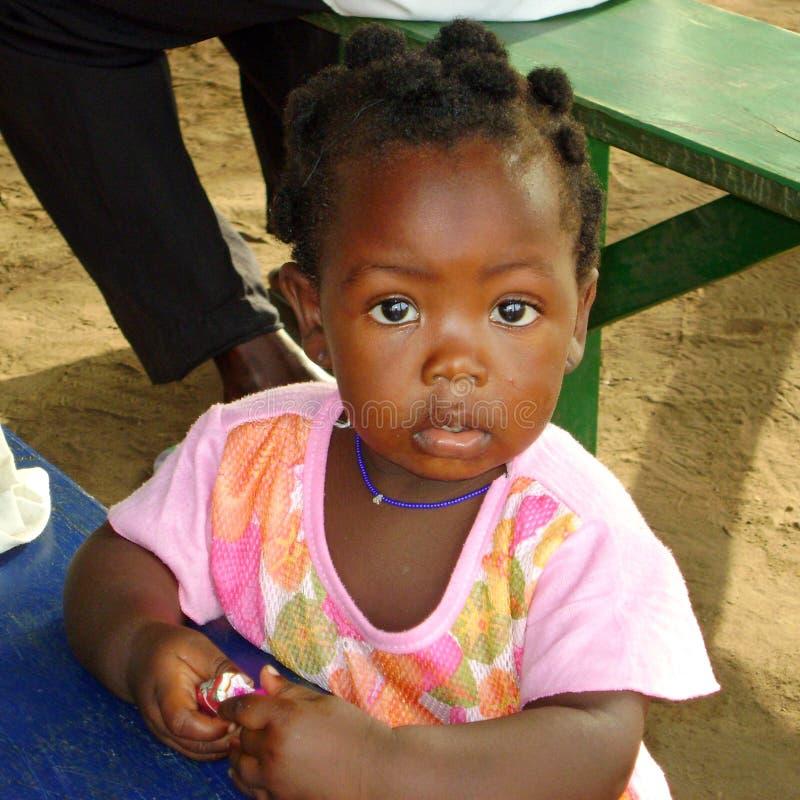 afrikanen behandla som ett barn flickan royaltyfria bilder