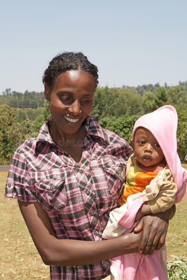 Afrikanen fostrar och barnet arkivbilder