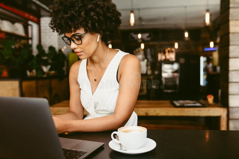 Afrikanerin am Café stockbilder
