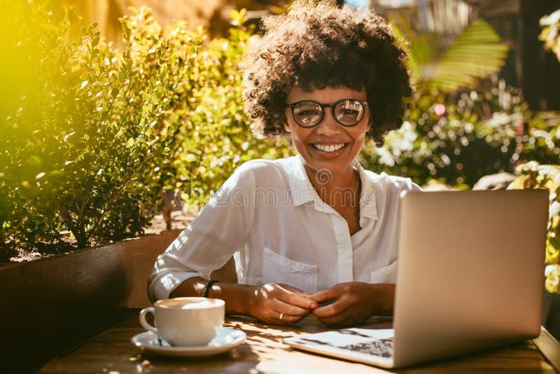 Afrikanerin an der Kaffeestube lizenzfreie stockfotografie