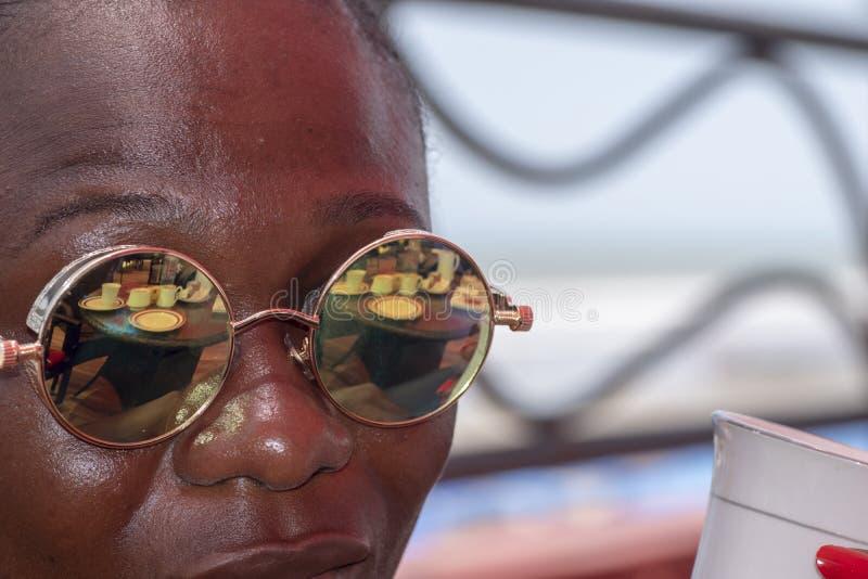 Afrikanerin, die heraus über dem Meer in Axim Ghana schaut stockfoto