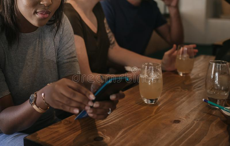 Afrikanerin, die ihren Stangenwechsel mit einer Kartenmaschine einl?st stockfotografie