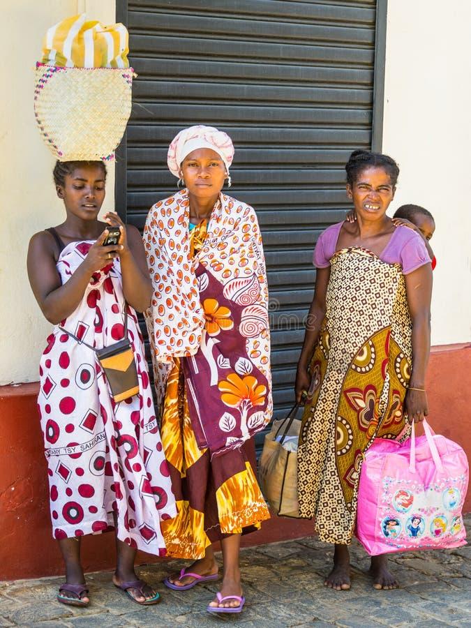 Afrikanerinnen in der madagassischen Stadt, Madagaskar stockfotos