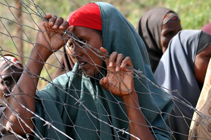 Afrikanerinnen, die hoffnungslos auf Hilfe warten stockfotografie