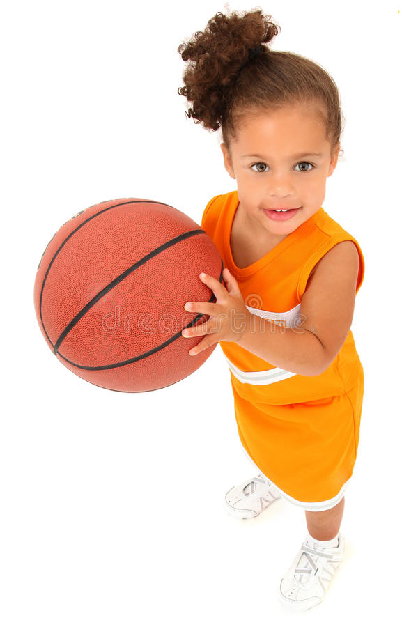 Afrikanisch-Hispanic-Mädchen-Kind-Basketball-Spieler stockfoto