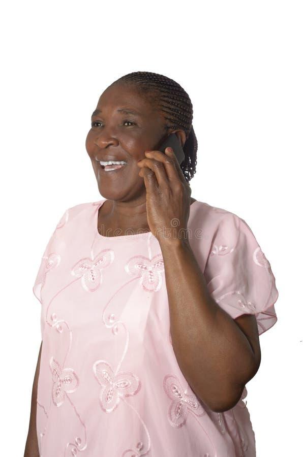 Afrikanische ältere Großmutter mit Mobiltelefon lizenzfreie stockfotografie