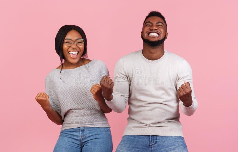 afrikanische amerikanische Partner freuen sich über Erfolg, Clench-Fäuste und Ausruf lizenzfreie stockfotografie