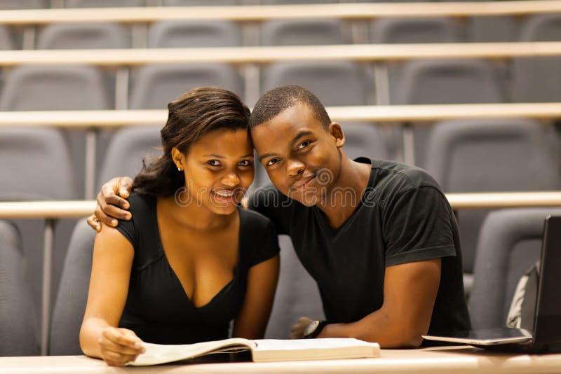 Afrikanische Collegepaare stockfotografie