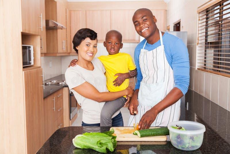 Afrikanische Familie, die das Mittagessen vorbereitet lizenzfreie stockbilder