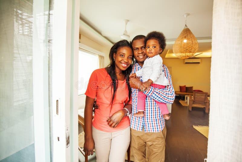 Afrikanische Familie zu Hause lizenzfreie stockfotos