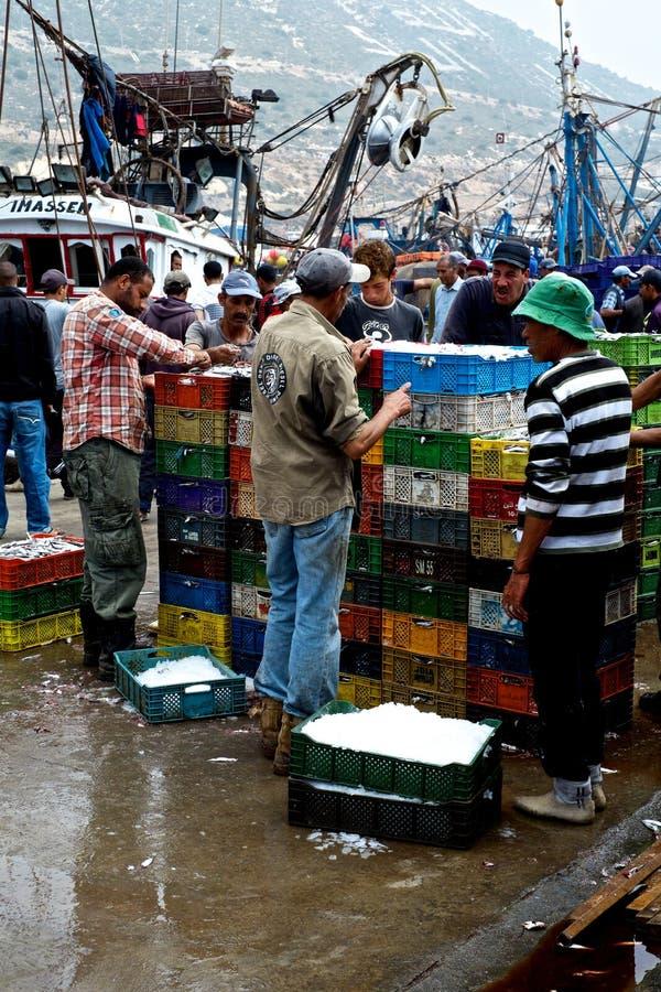 afrikanische Fische verkaufen Markt für Fische der kleinen Fische en gros lizenzfreie stockbilder