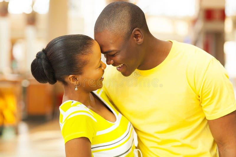 Afrikanische flirtende Paare lizenzfreies stockbild