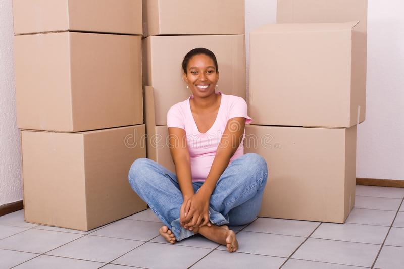Afrikanische Frau im neuen Haus lizenzfreies stockfoto