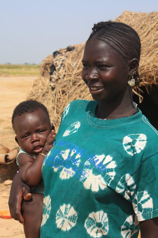 Afrikanische Frau mit Schätzchen lizenzfreie stockfotos