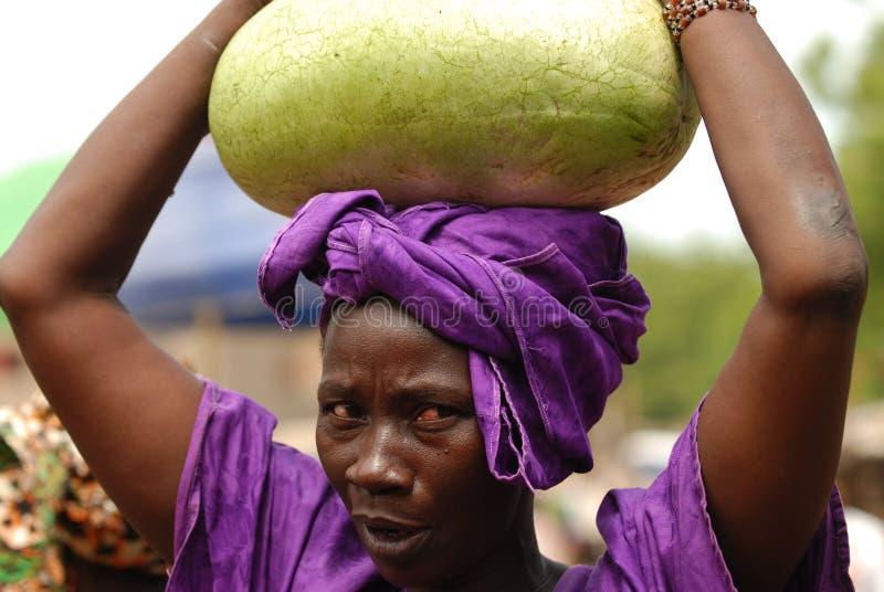 Afrikanische Frau mit Wassermelone stockfoto