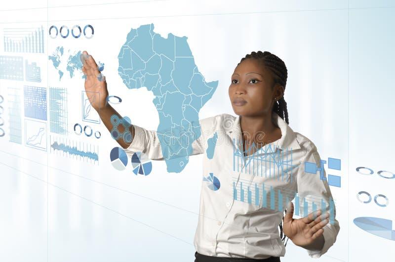 Afrikanische Geschäftsfrau, die an virtuellem mit Berührungseingabe Bildschirm arbeitet