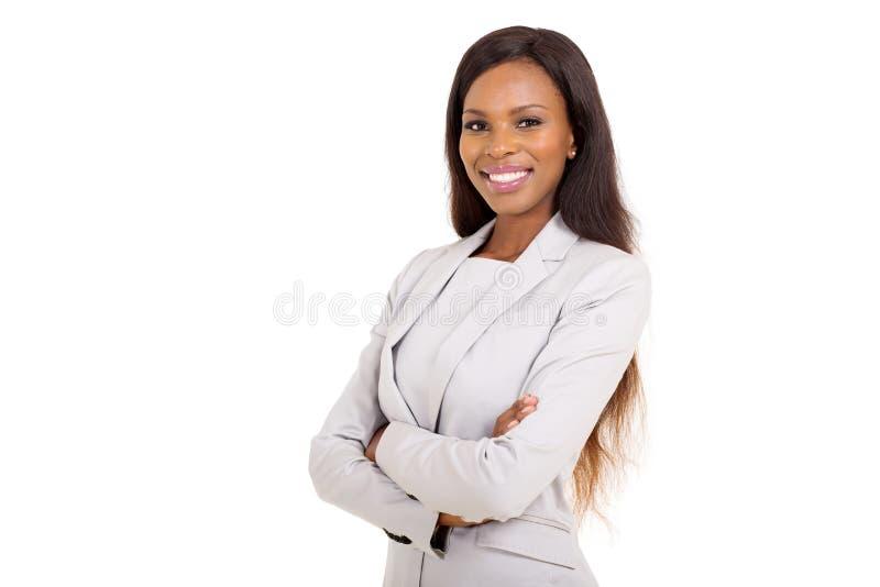 Afrikanische Geschäftsfrauarme gekreuzt lizenzfreie stockfotos