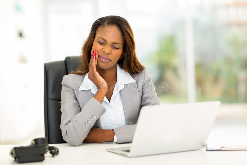 Afrikanische Geschäftsfrauzahnschmerzen stockfoto