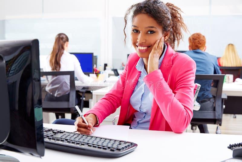 Afrikanische junge Geschäftsfrau, die im Büro arbeitet lizenzfreies stockbild