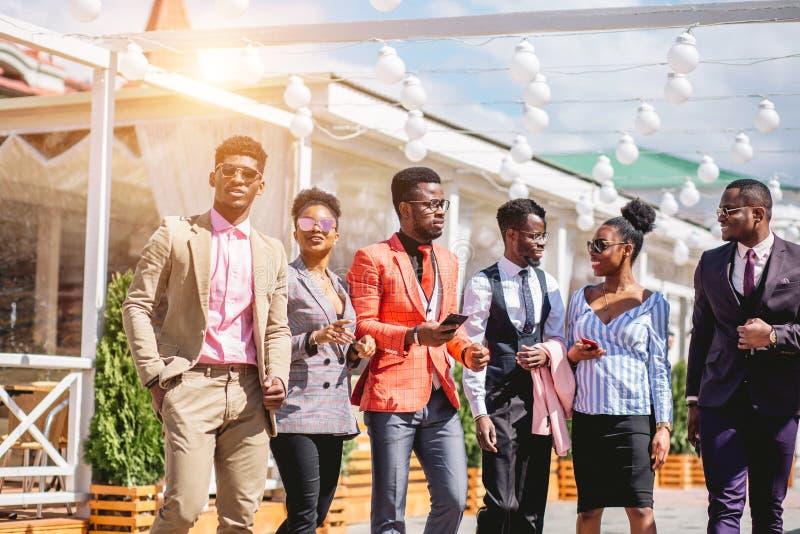 Afrikanische junge Leute haben einzelne stilvolle Ausstattung lizenzfreie stockfotos