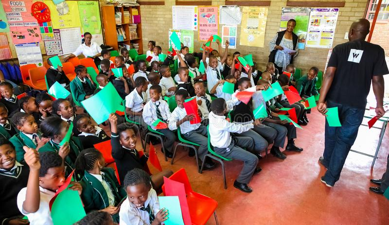 Afrikanische Kinder und Lehrer im Klassenzimmer lizenzfreie stockfotos