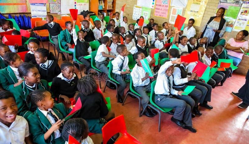 Afrikanische Kinder und Lehrer im Klassenzimmer lizenzfreies stockbild