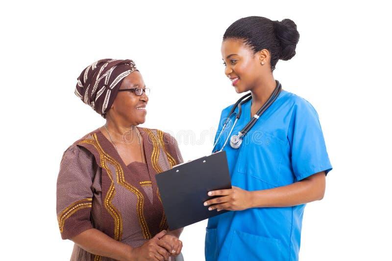 Afrikanische Krankenschwesterseniorfrau lizenzfreie stockbilder