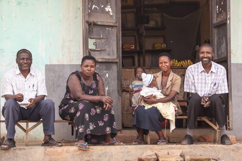 Afrikanische Leute, die vor dem Haus sitzen stockfoto