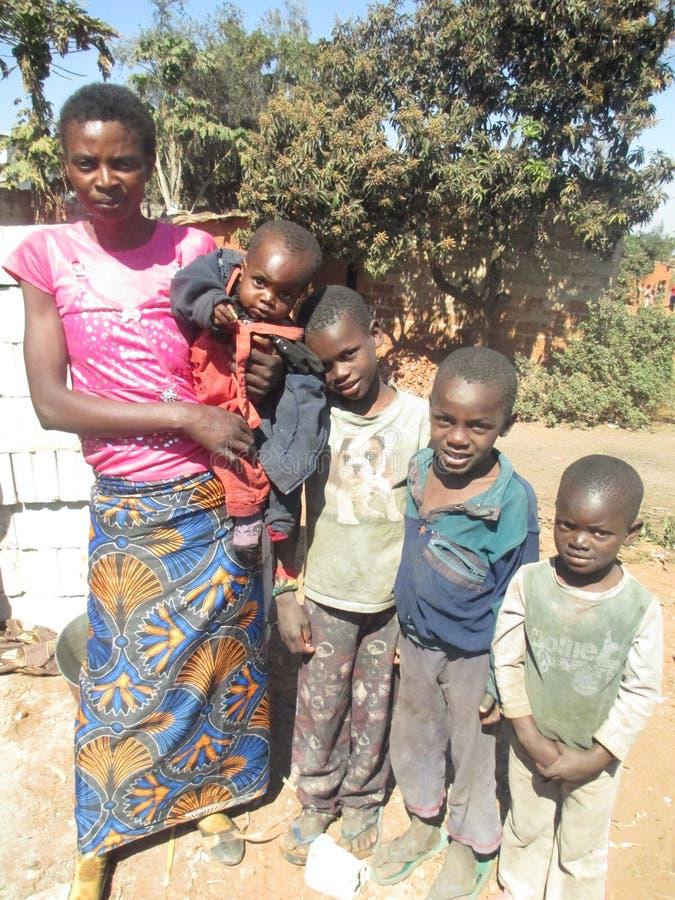 Afrikanische Mutter und Kinder stockfoto