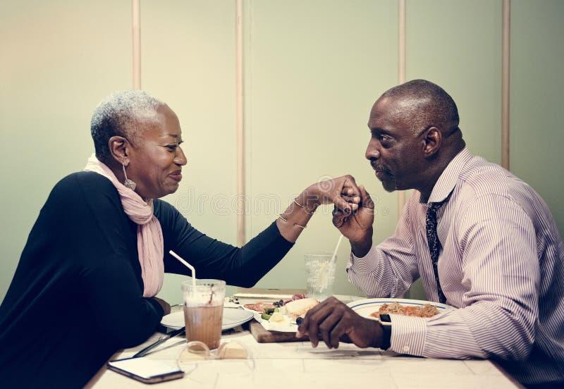 Afrikanische Paare auf einem Datum lizenzfreies stockfoto