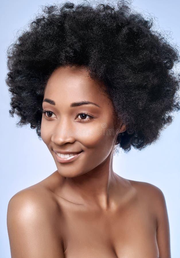 Afrikanische schwarze vorbildliche glatte Haut im Studio stockbilder