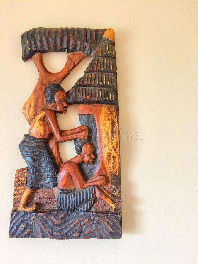 Afrikanische Stammes- hölzerne schnitzende darstellende Dorfbewohner lizenzfreie stockbilder
