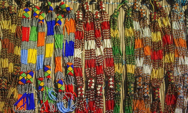 Afrikanische traditionelle handgemachte Perlenhalskette Berühmter Kanonkop Weinberg nahe malerischen Bergen am Frühling Lokaler M lizenzfreie stockbilder