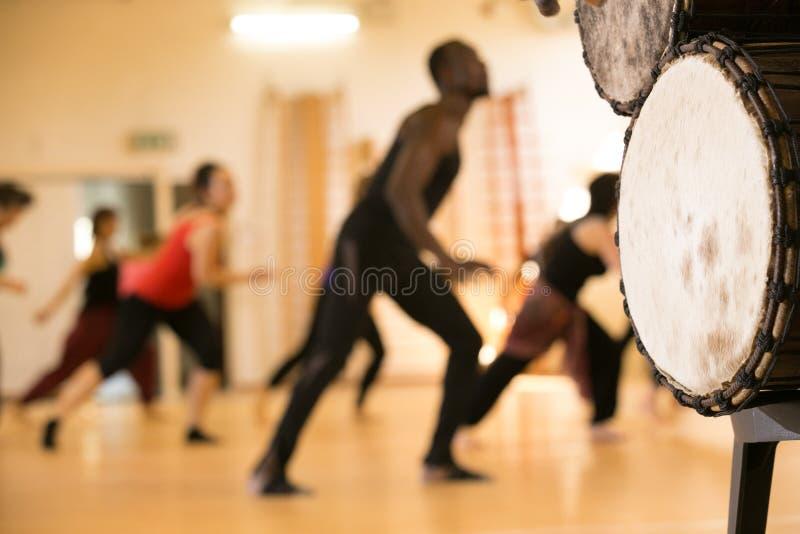 Afrikanische Trommeln, Tanzklasse stockbilder