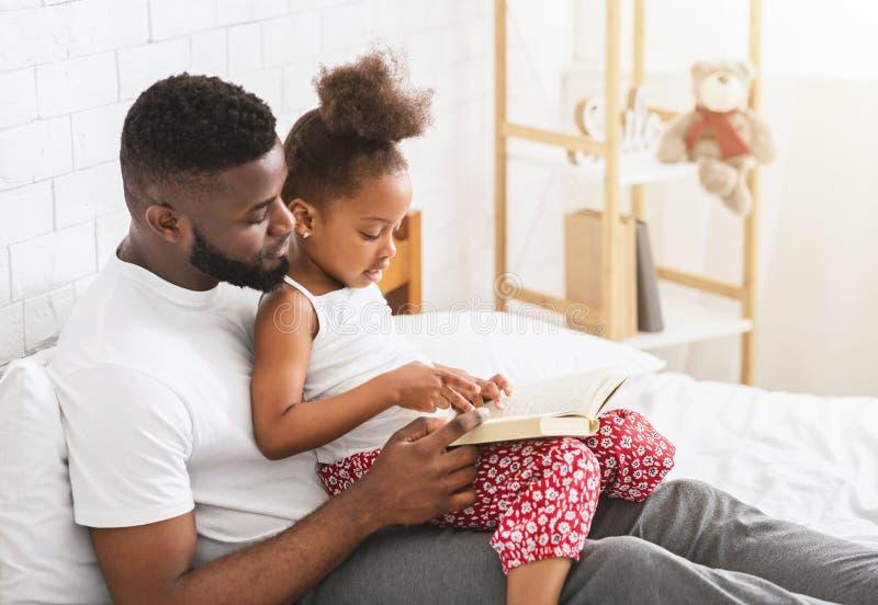 Vater Unterrichtet Tochter Im Nahkampf