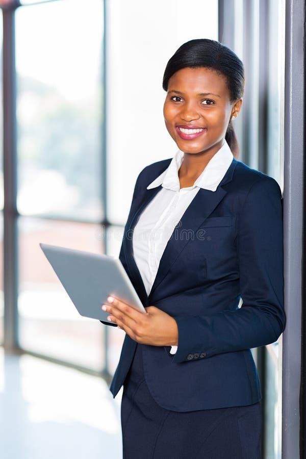 Afrikanischer Büroangestellter lizenzfreie stockbilder