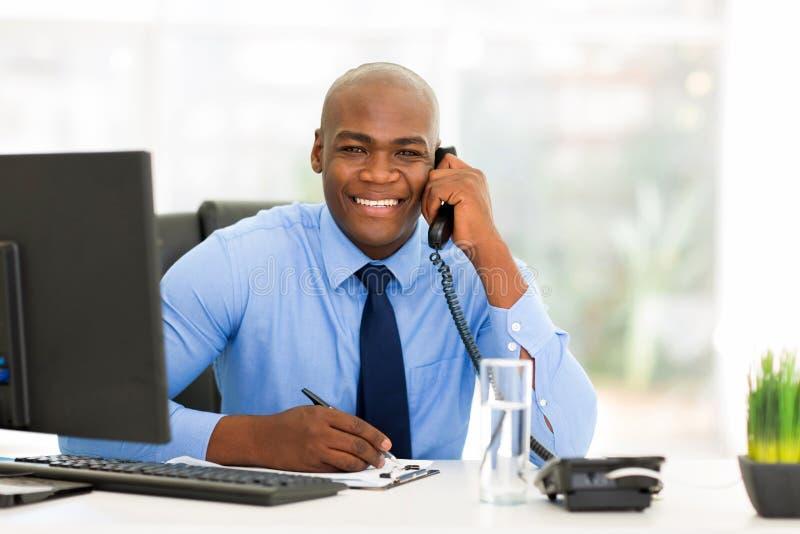 Afrikanischer Büroangestellter stockfotos