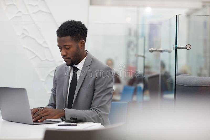 Afrikanischer Büroangestellter stockfoto